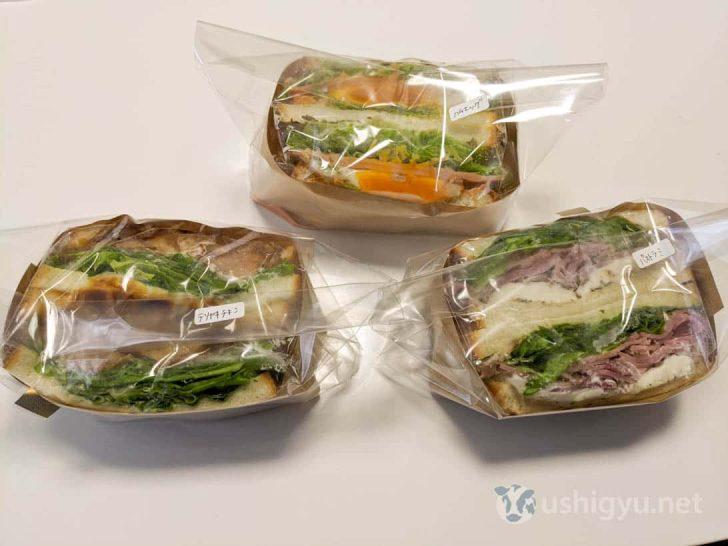 溢れ出さんばかりのボリューミーなパンラッシュのサンドイッチ