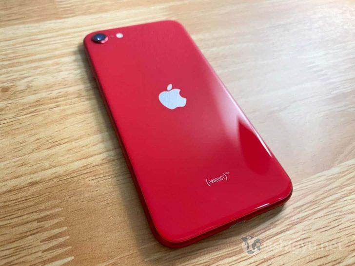 背面の中心にはアップルのロゴ、その下にはPRODUCT REDの文字