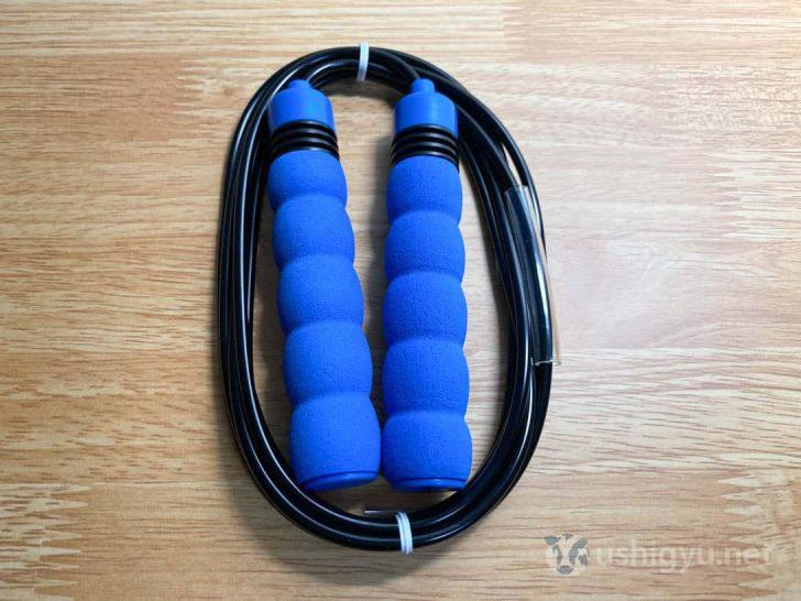 グリップは青、ロープは黒。遠心力をつけつつロープを保護するプロテクターもついている