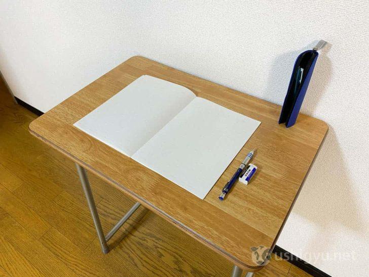 よくも悪くも学校仕様なので机の上のスペースが狭め