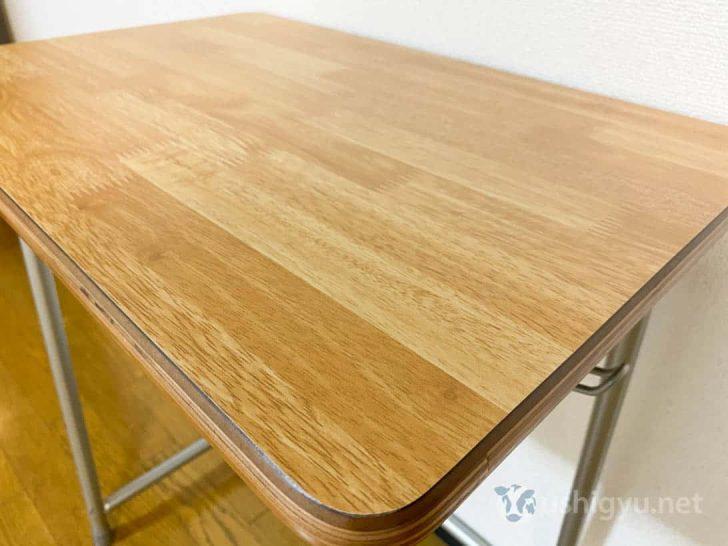机の天板はメラミン化粧板、ラバーウッド集成材柄