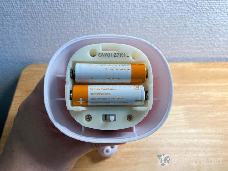 内部に単3電池2本をセットして使います。水が入らないよう、やや固めに閉まっている印象