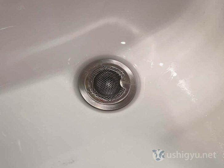 洗面台排水口のフタをステンレス製のパンチングゴミ受けに変えたら、手入れが超ラクになった