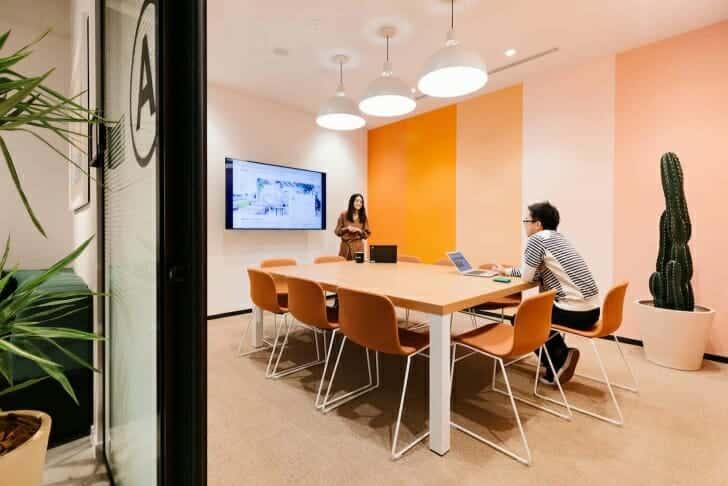 大人数だったり機密性の高い内容を含む話し合いをしたいなら、会議室を借りることも可能