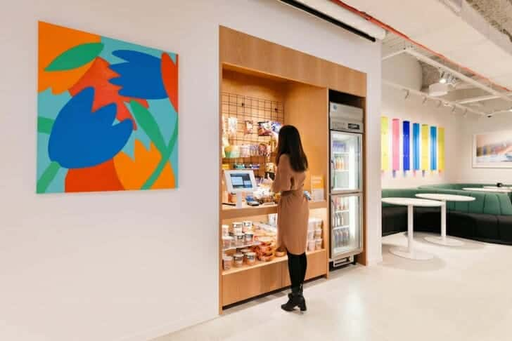 ミニ販売スペースも設置してあり、コンビニまで行かなくてもお菓子やソフトドリンク、カップ麺が購入可能
