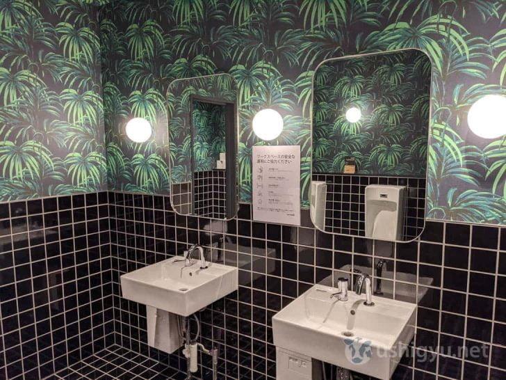 トイレに至るまで趣向を凝らしてあり、1Fと2Fでは色使いの異なるジャングル仕様
