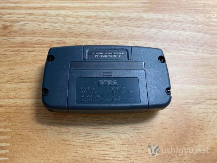 裏側には、収録ソフトの印字。電池は内蔵されておらず、単4電池2本で動作