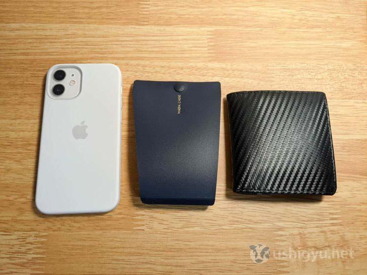 iPhoneと二つ折り財布と並べてみると、だいたい同じくらいのサイズ感