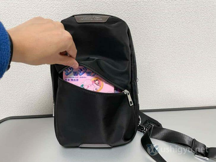 外側ポケットも容量大きめで、マンガ2冊入れてもだいぶ余裕あり