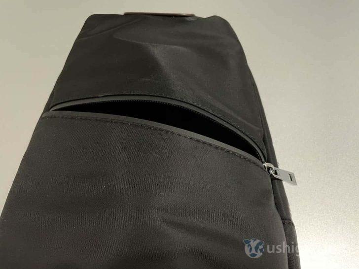 背部分のポケット。上下にわたってスペースがあるので、少し大きめのものでも収納可能
