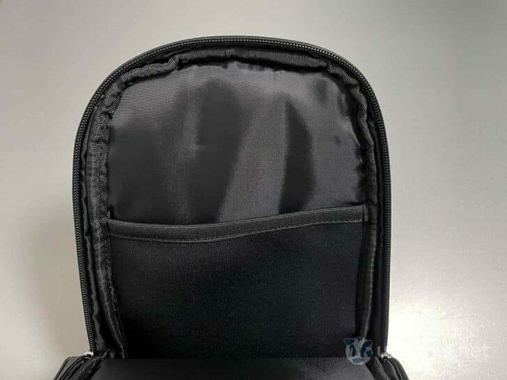 もう片側は、伸縮性のあるゴム素材のポケット