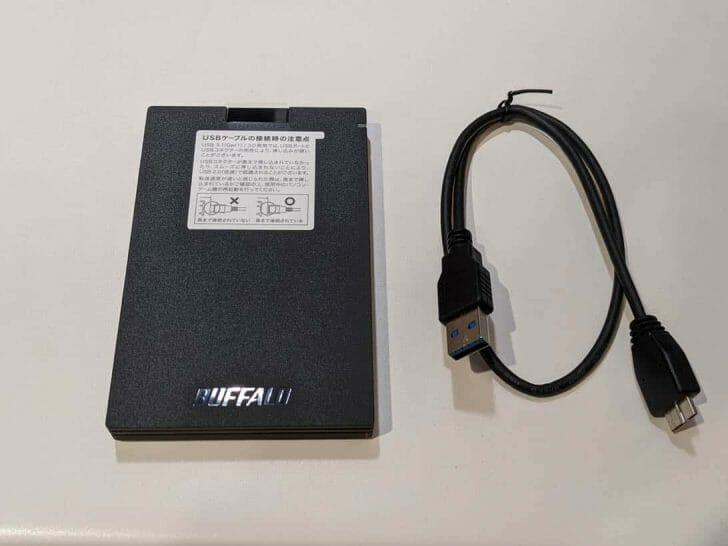 SSD本体と、接続用のケーブル