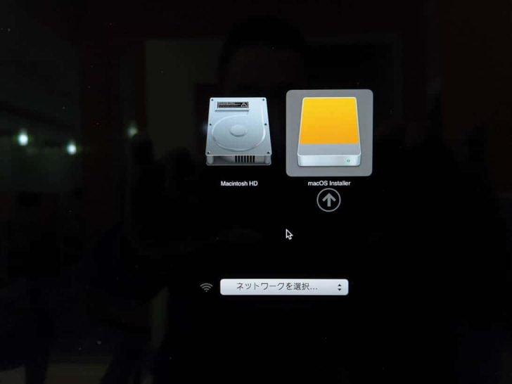 Optionボタンを押しっぱなしにして起動すると、macOSの入っているディスクの選択画面が出てくる