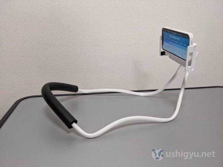 iPhoneやAndroidスマートフォンをセットし、首にかけて画角を確認したりしつつチューブを曲げて調整してください