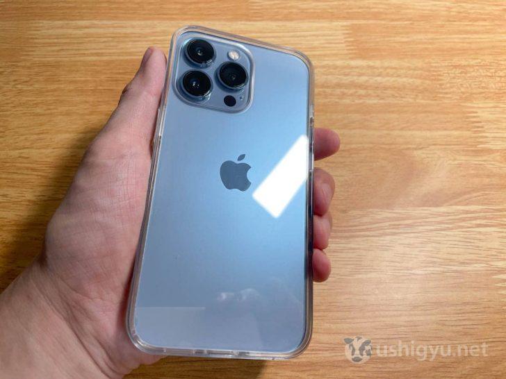 SimplismのiPhone 13 Proケースは、シエラブルーの背面を美しく見せつつ保護性能も高い