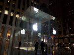 ジョブズ氏も情熱を注いだニューヨーク5番街のアップルストア。ガラスキューブに囲まれた入り口が印象的。