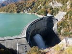 紅葉する山々や人造湖も含めて絶景かつ巨大すぎる「黒部ダム」。そらプロジェクトXで放送されるわ