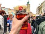 チェコ・リトミシュルのフードフェスにて、ビールと食を楽しむ。フック付きビールカップが画期的で便利すぎた…!